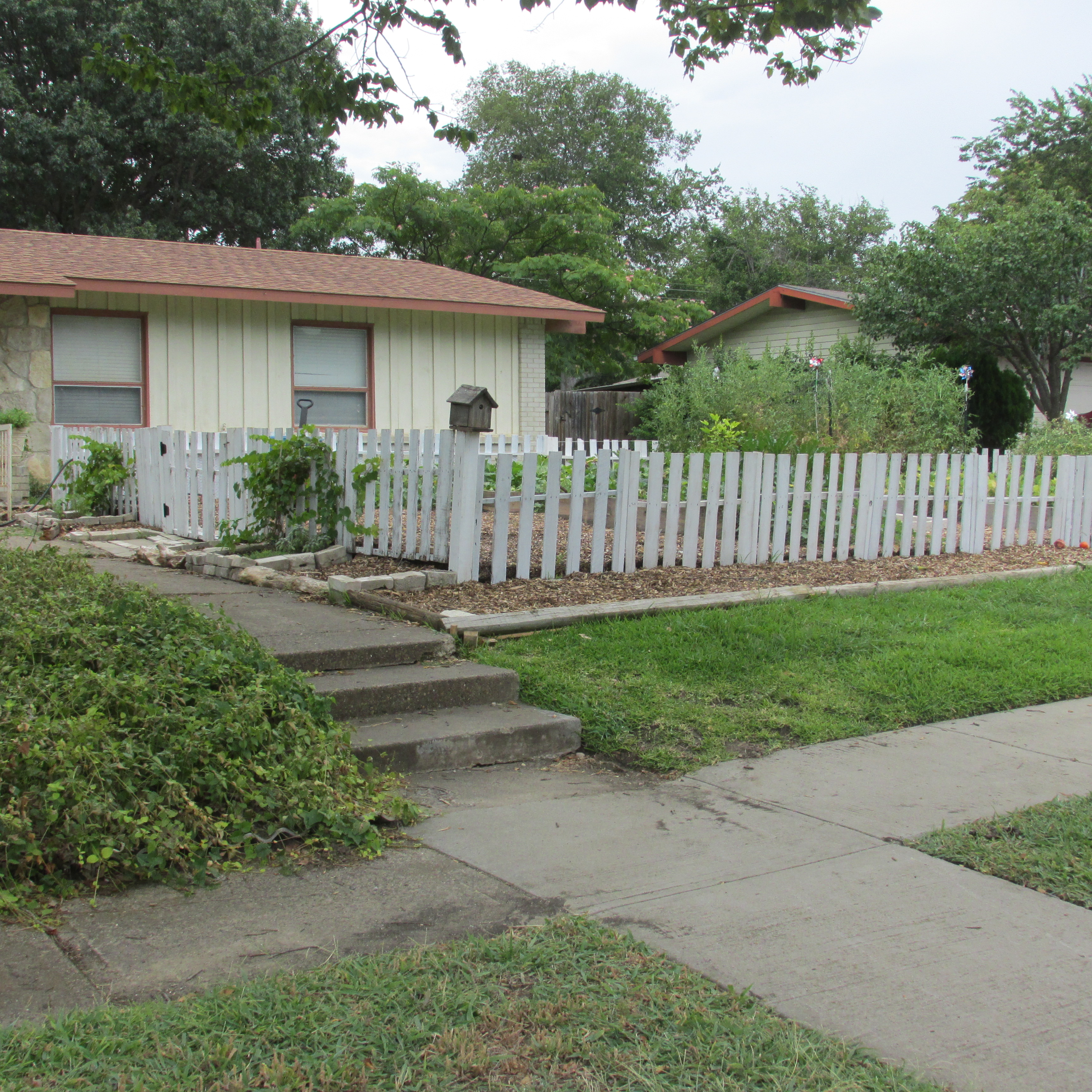 how to create a beautiful picket fence out of pallets